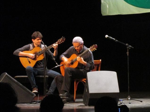 """Ponte musical entre o Piauí e o Maranhão, Josué Costa e João Pedro Borges tocaram juntos """"Magoado"""", de Dilermando Reis. Foto: Zema Ribeiro"""