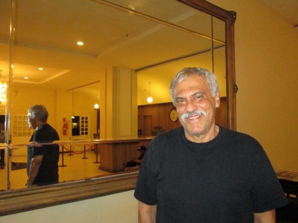 O artista durante a entrevista no hall do hotel. Foto: Zema Ribeiro