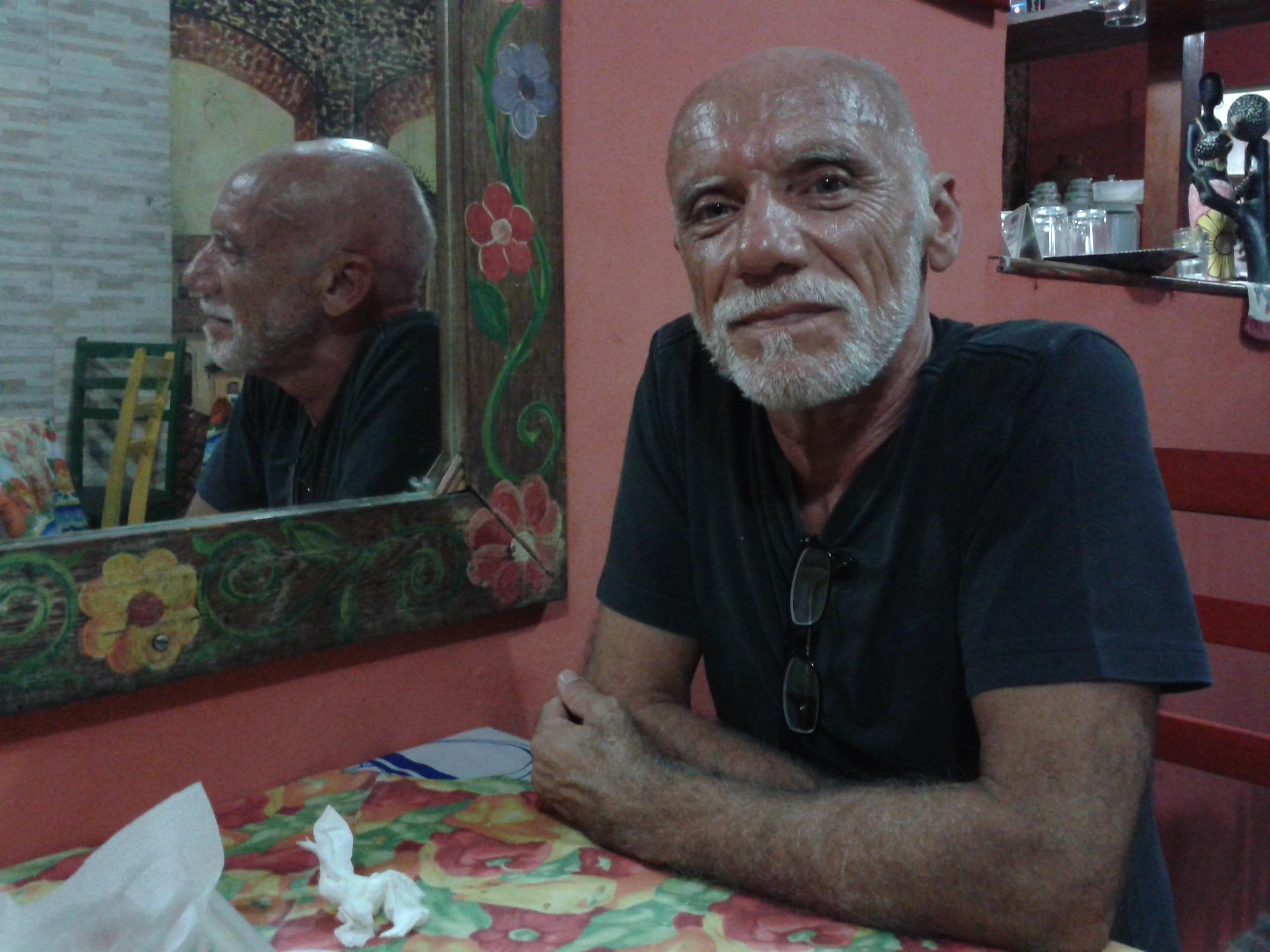 O ator e diretor durante a entrevista no Cafofo da Tia Dica. Foto: Zema Ribeiro