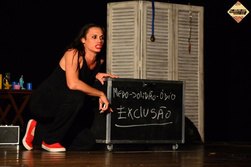 Silvero/Gisele mostra o que aprendeu na escola. Não se passa impunemente por esse monólogo. Foto: Daniel Sena
