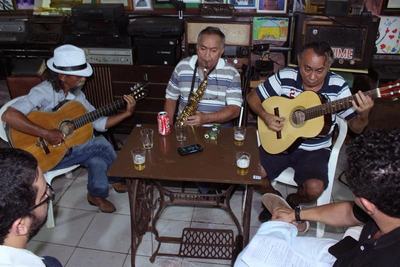 Ladeados pelos chororrepórteres, Os Irmãos Gomes. Da esquerda para a direita: Bastico (violão), Zequinha do Sax e Biné do Cavaco (violão). Foto: Murilo Santos
