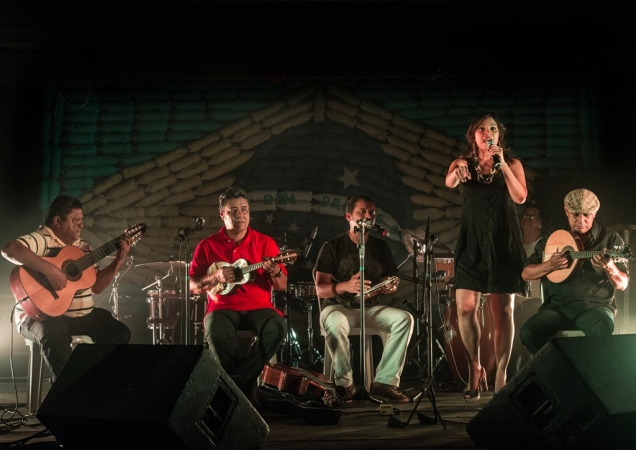 Em edição anterior da Tribo do Pixixita, a cantora Flávia Bittencourt, acompanhada pelo Instrumental Pixinguinha, com Chico Nô ao pandeiro. Foto: Taciano Brito