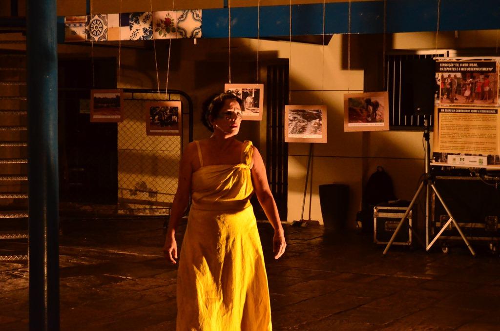 A artista e pesquisadora Júlia Emília em ação. Foto: divulgação
