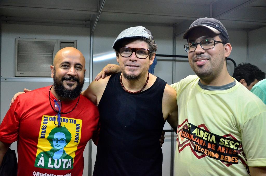 FM, 04 e o blogueiro no camarim, após o show do mundo livre s/a. Foto: Daniel Sena
