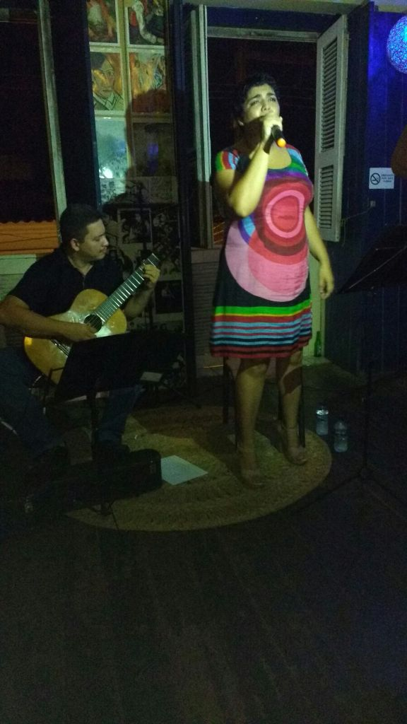 Acompanhada do sete cordas João Eudes, Tássia canta Nara. Foto: Rejane Galeno