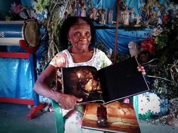 Mãe Elzita (São Luís) exibe seu retrato em Zeladores de voduns. Foto: Márcio Vasconcelos