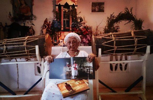 Mãe Mundica Estrela (São Luís) exibe seu retrato em Zeladores de voduns. Foto: Márcio Vasconcelos