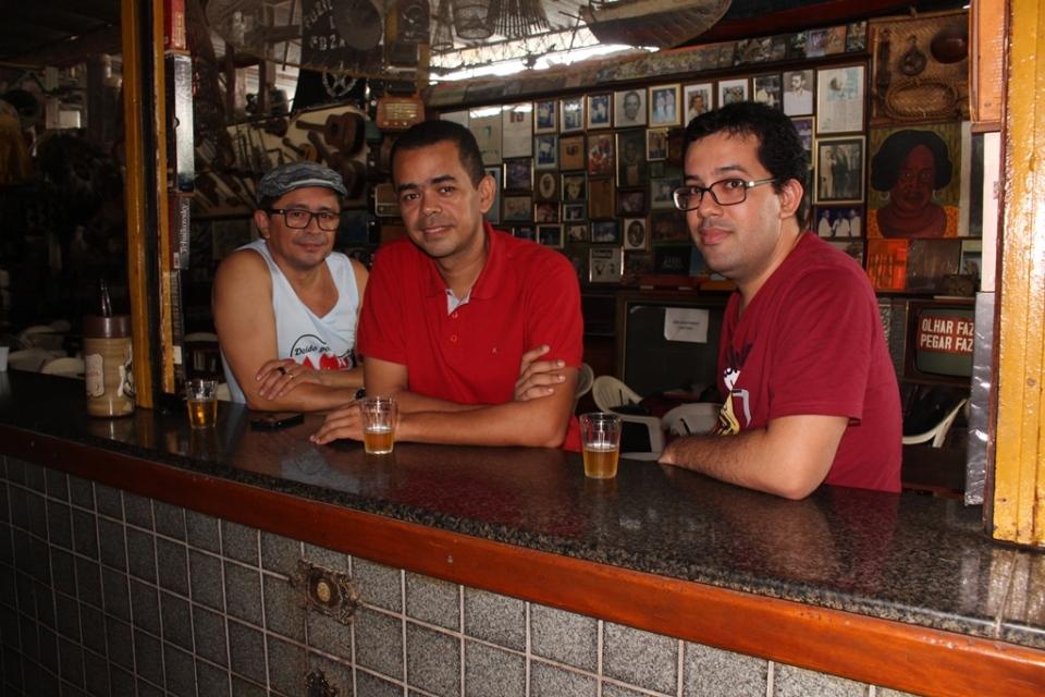 Os chororrepórteres Ricarte, Rivanio e este que vos perturba, no Bar do Léo, um dos cenários da Chorografia do Maranhão. Foto: Murilo Santos
