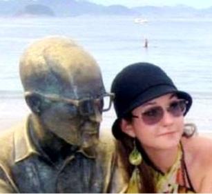A pesquisadora tietando a estátua do poeta em Copacabana. Foto: acervo pessoal