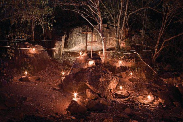 A grota do Angico, onde Lampião, Maria Bonita e outros nove cangaceiros foram executados em 1938. Na trilha do cangaço – o sertão que Lampião pisou. Márcio Vasconcelos. Reprodução