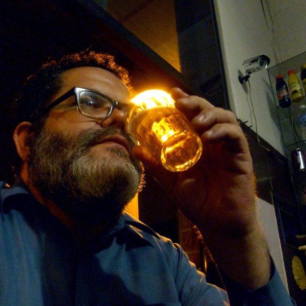 Romulo Fróes emula Nelson Cavaquinho em foto de Rodrigo Sommer. Reprodução do perfil do cantor no Facebook