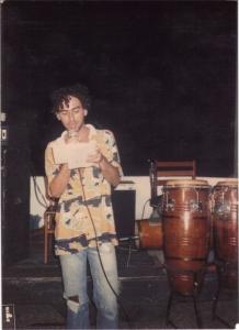 Ronaldão lendo um poema no lançamento do número 3 da revista Uns & Outros, no bar de Betto Pereira, no São Francisco, em 1986 ou 87. Foto: acervo Párias.