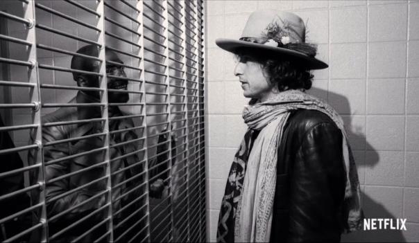 Durante a turnê Dylan visita Rubin Carter na prisão. Sobre sua injusta condenação escreveu a antológica Hurricane. Divulgação. Netflix