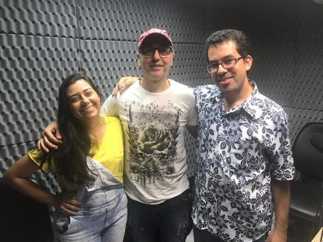 Zeca Baleiro ladeado pelos apresentadores do Radioletra. Foto: Leno Edroaldo