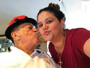 Nos bastidores do Troféu Gonzagão,trocando tietagem com Genival Lacerda. Acervo pessoal de Alexandra Nicolas