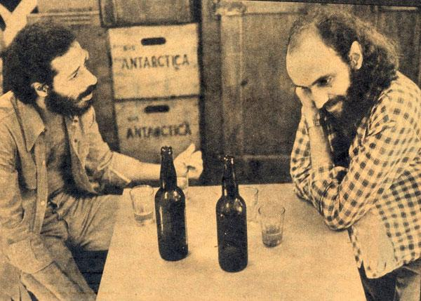 O compositor Aldir Blanc num boteco com João Bosco (E), seu parceiro em tantas obras-primas. Foto: reprodução