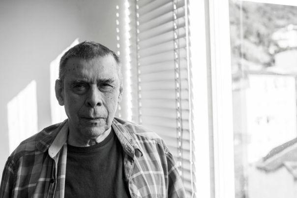 O escritor Sérgio Sant'Anna. Foto: Daniel Ramalho. Jornal Cândido. Biblioteca Pública do Paraná/ Reprodução