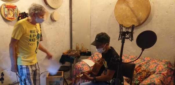 """Os poetas Celso Borges e Fernando Abreu durante sessão de gravação de """"Machado afiado"""". Foto: divulgação"""