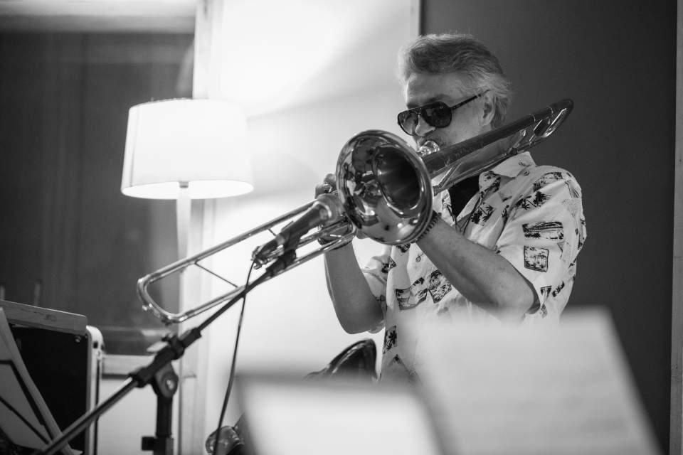 """Maestro Tiquinho em sessão de gravação de """"Trombonesia"""". Foto: Paola Vianna"""